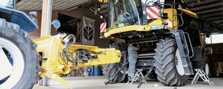 New Holland CX 8080 Mähdrescher in Maschinenhalle