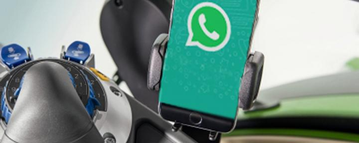 WhatsApp auf Smartphone in Kabine