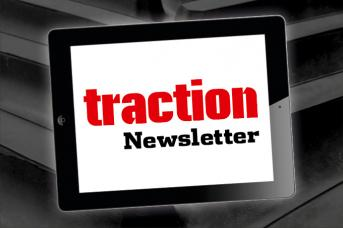 traction Newsletter Tablet mit Reifenhintergrund