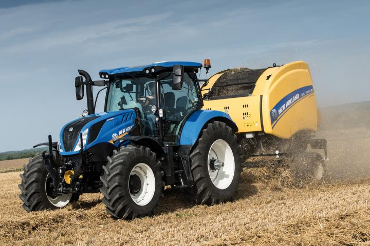 New Holland T6 Dynamic Command Traktor mit Rundballenpresse