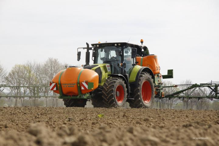 Claas Arion mit Fronttank