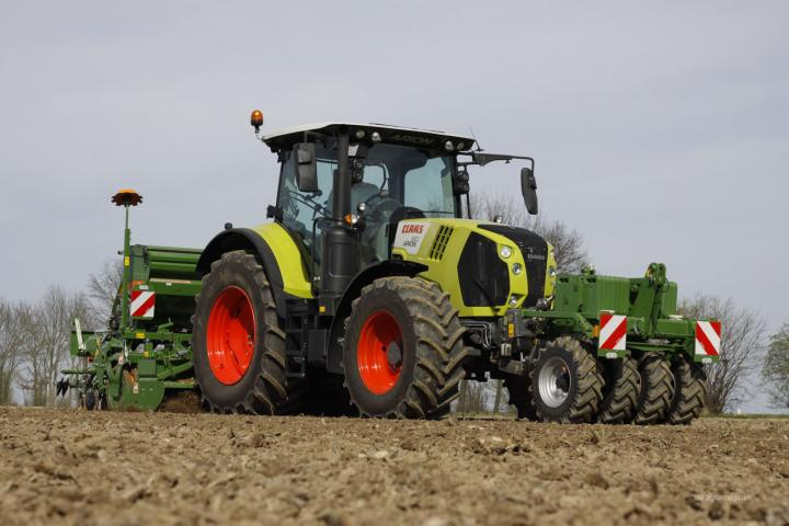 Claas Arion mit Sämaschine